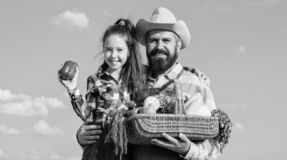 Γενειοφόρος αγροτικός αγρότης ατόμων με το παιδί Λαχανικά συγκομιδών καλαθιών λαβής πατέρων και κορών οικογενειακών homegrown συγ στοκ εικόνες με δικαίωμα ελεύθερης χρήσης