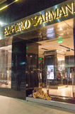 2 homeles ssleeping на магазине Emporio Armani лестниц Стоковое Фото