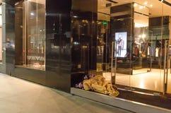 2 homeles ssleeping на магазине Emporio Armani лестниц Стоковое фото RF