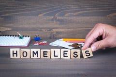 homeless Letras de madera en fondo oscuro imagen de archivo
