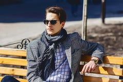 Homem à moda nos óculos de sol na rua fotografia de stock