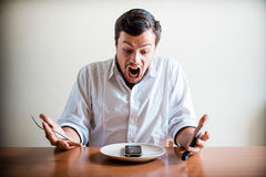 Homem à moda novo com camisa e o telefone brancos no prato Imagem de Stock