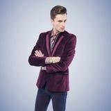 Homem à moda novo com olhar sério Imagem de Stock