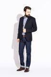 homem à moda novo com uma barba, vestida em um estúdio em um branco Fotos de Stock