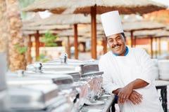 Cozinheiro chefe árabe com alimento no hotel do restaurante Imagem de Stock
