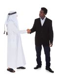 Homem árabe e africano que agita as mãos imagens de stock