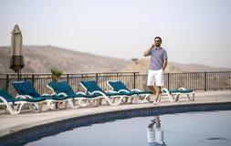 Homem árabe envelhecido meio por uma associação imagem de stock