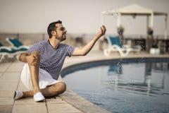 Homem árabe envelhecido meio por uma associação imagens de stock royalty free