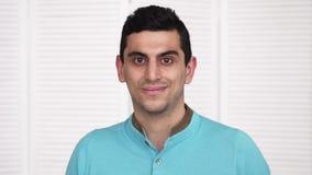 Homem árabe feliz novo que olha a câmera filme