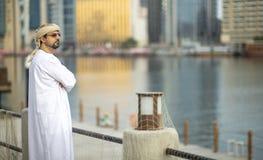 Homem árabe na peça de Al Seef de Dubai velho foto de stock