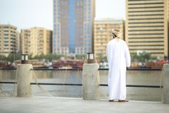 Homem árabe na peça de Al Seef de Dubai velho imagem de stock royalty free