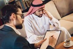 Homem árabe na recepção do psychotherapist fotografia de stock royalty free