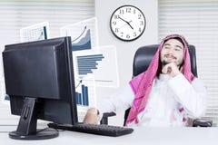 Homem árabe orgulhoso que olha a carta do lucro Foto de Stock Royalty Free