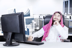 Homem árabe que olha o gráfico financeiro Foto de Stock Royalty Free