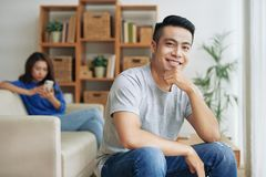 Homem étnico de sorriso com a amiga no fundo fotos de stock