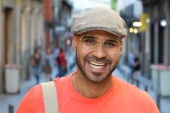 Homem étnico denominado retro que sorri fora fotografia de stock