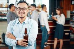 Homem étnico ocasional com garrafa de cerveja fotos de stock royalty free