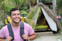 Homem étnico que aprecia o ecoturismo em Ámérica do Sul imagem de stock royalty free