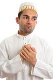 Homem étnico que prende suas mãos a sua caixa fotografia de stock royalty free