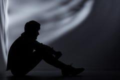 Homem abandonado na sala escura fotos de stock royalty free