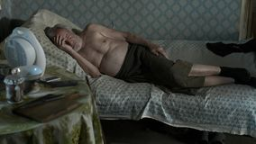 Homem abandonado pobre que dorme em casa video estoque