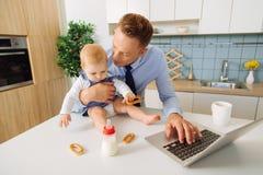 Homem adulto agradável que olha sua filha do bebê fotografia de stock royalty free