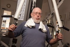 Homem adulto idoso que elabora na ginástica. Fotografia de Stock
