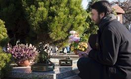 Homem adulto no cemitério Fotografia de Stock Royalty Free