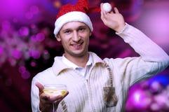 Homem adulto novo no chapéu de Papai Noel Imagens de Stock Royalty Free