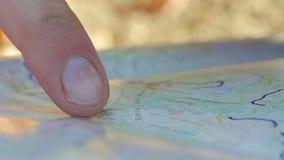 Homem adulto novo que aponta no mapa video estoque