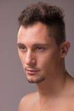 Homem adulto novo que olha a cara principal lateral imagens de stock royalty free
