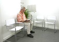 Homem adulto que espera no waitingroom Foto de Stock Royalty Free