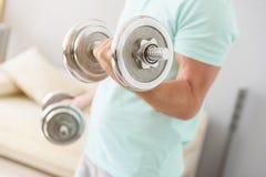 Homem adulto que faz exercícios em casa fotografia de stock