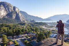 Homem adulto que fotografa o Columbia Britânica de Squamish Foto de Stock