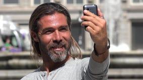 Homem adulto que toma o selfie filme