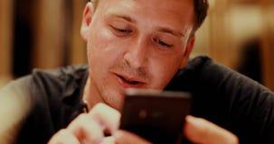 Homem adulto que usa o smartphone video estoque