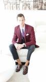 Homem adulto que veste uma Borgonha e um Grey Suit Imagem de Stock Royalty Free