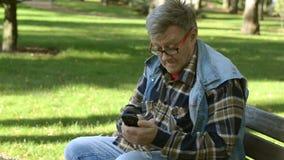 Homem adulto superior na roupa ocasional e monóculos video estoque
