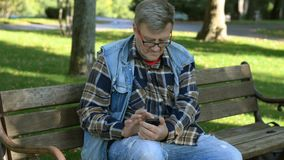Homem adulto superior na roupa ocasional e monóculos vídeos de arquivo