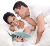 Homem afectuoso que tenta beijá-la Fotografia de Stock