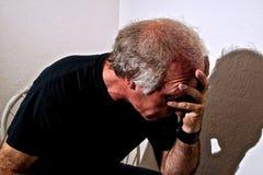 Homem afligido que guarda a cabeça Foto de Stock Royalty Free