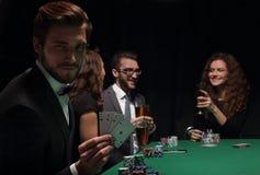 Homem afortunado com a combinação de vencimento de cartões Fotografia de Stock