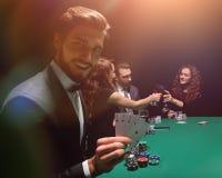 Homem afortunado com a combinação de vencimento de cartões Imagem de Stock