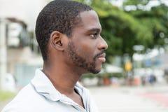 Homem africano com a barba que olha lateralmente imagens de stock