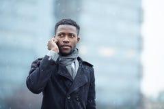 Homem africano considerável no telefone na rua imagens de stock