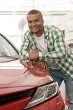 Homem africano considerável que escolhe o carro novo no negócio imagem de stock royalty free