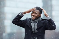 Homem africano de sorriso que aprecia a neve fotos de stock
