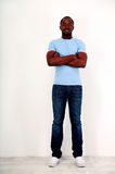 Homem africano feliz que está com os braços dobrados Fotografia de Stock