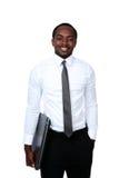 Homem africano feliz que está com portátil Fotografia de Stock