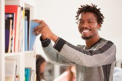 Homem africano na biblioteca imagens de stock royalty free